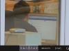 Co mężczyzna ogląda w pracy na komputerze?