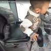 Mały chłopiec operuje ciężkim sprzętem w cementowni
