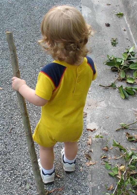 Trzylatek sam wyszedł z domu i chodził po mieście.