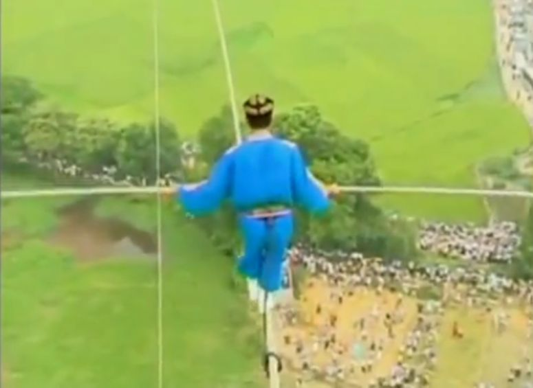 akrobata spaceruje po linie