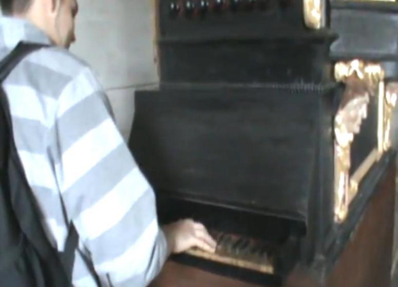 Zagrał Coco Jambo na organach w kościele