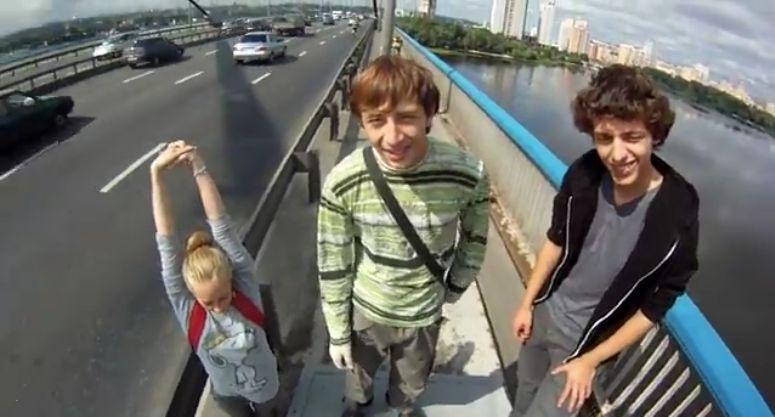 Nastolatki wspinają się na most w Moskwie