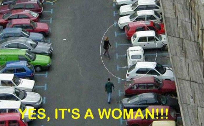 Samochód zaparkowany przez kobietę