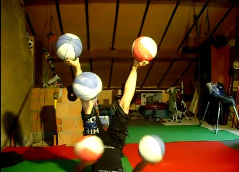zonglowanie 5 piłkami do koszykówki