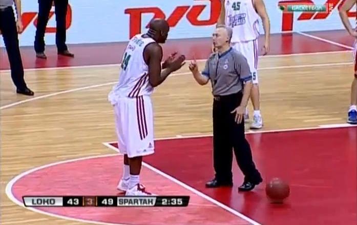 Koszykarzowi spadły spodenki