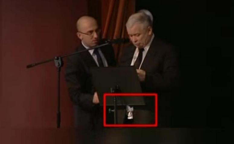 Jarosław Kaczyński przemawiał z rozpiętym rozporkiem