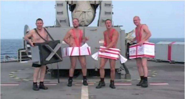 Półnadzy marynarze gotowi do świąt