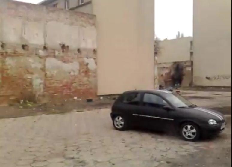 Burzenie muru za pomocą Opla Corsy