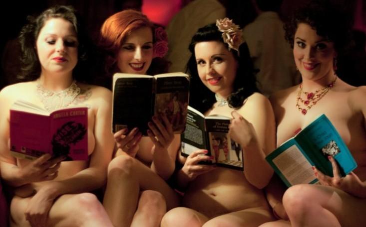 Czytają książki nago