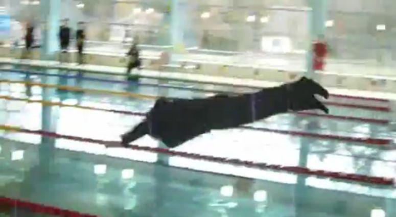 Burmistrz wskoczył w garniturze do basenu