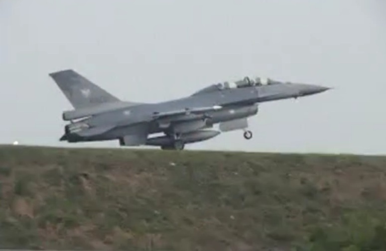 F-16 ląduje na autostradzie