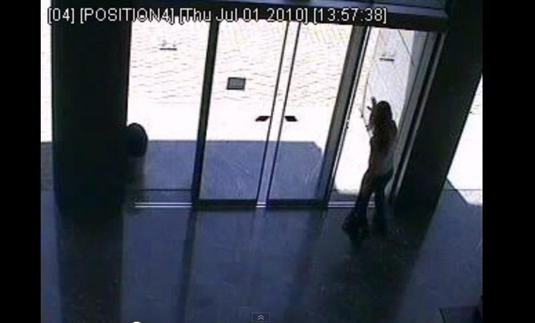 Dziewczyna kontra automatyczne drzwi