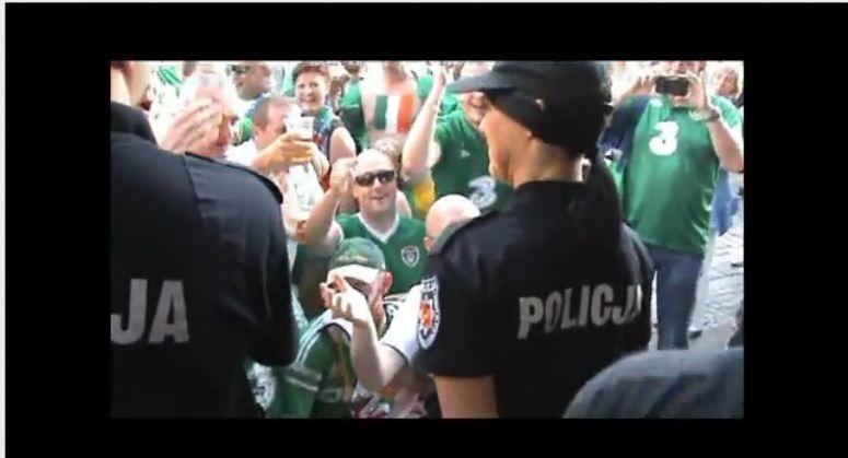 Irlandzcy kibice podrywają polską policjantkę