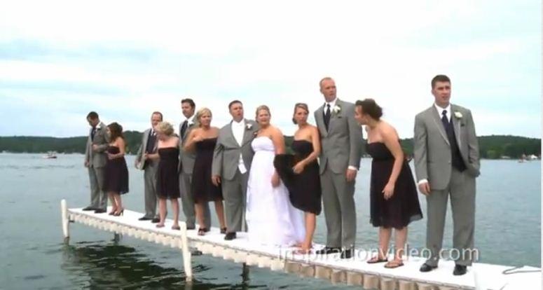 Goście weselni wpadają do jeziora