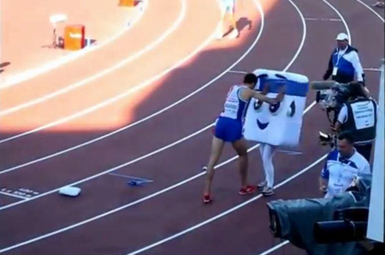 Francuski biegacz zdobył medal i pobił maskotkę!