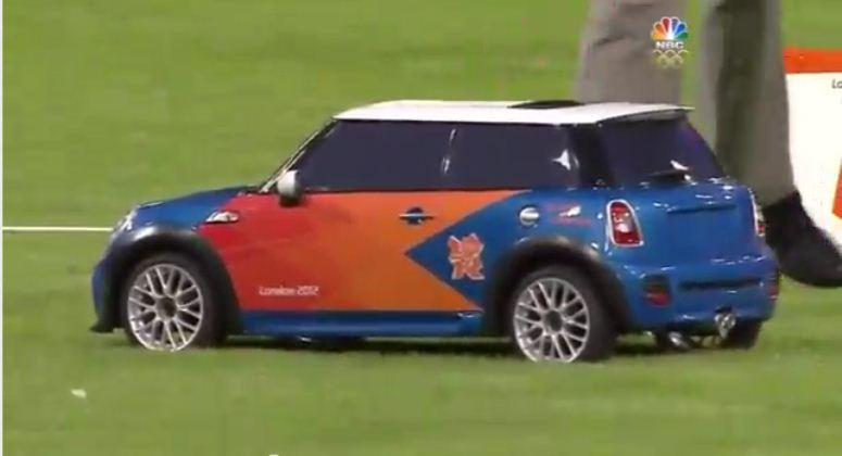 Zdalnie sterowany Mini Cooper podaje dyski na Igrzyskach