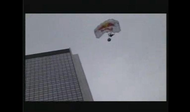 Felix Baumgartner skacze z dachu Hotelu Mariott w Warszawie