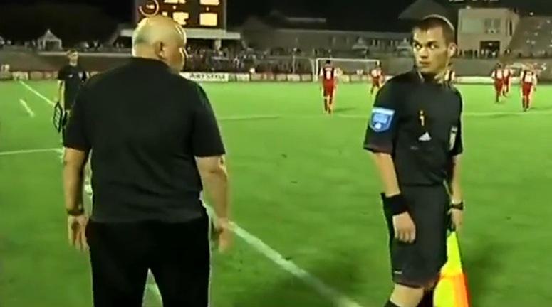Trener Żorżikaszwili zagląda sędziemu w....