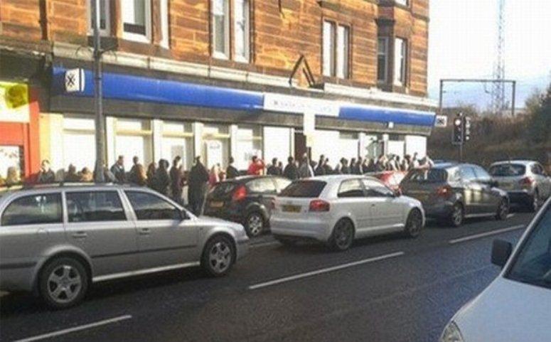 Gigantyczna kolejka do bankomatu w Szkocji