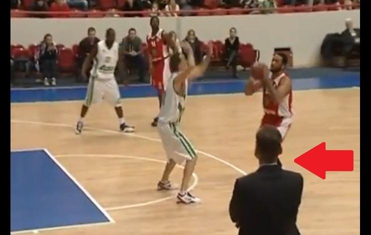 Trener koszykówki asystował przy rzucie za trzy punkty