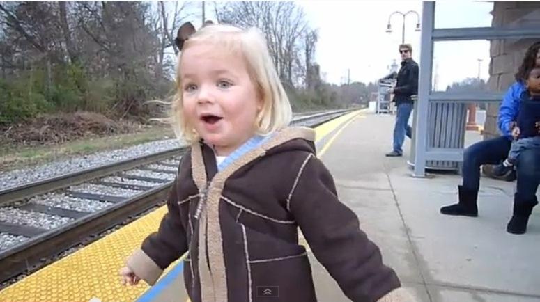 Niesamowita rekacja trzyletniej dziewczynki na nadjeżdżający pociąg