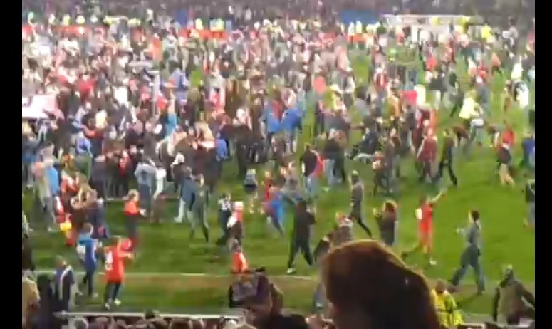 Kibice Cardiff City na murawie