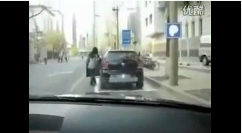 Chinka parkuje samochód