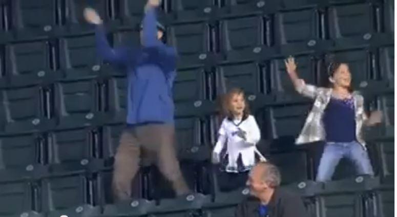 Tańczący tata na trybunach