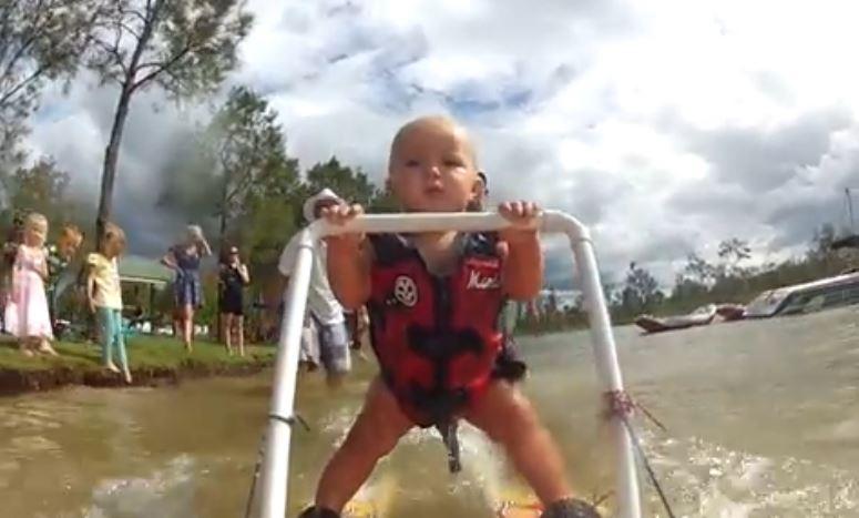 7 miesięczne dziecko na nartach wodnych
