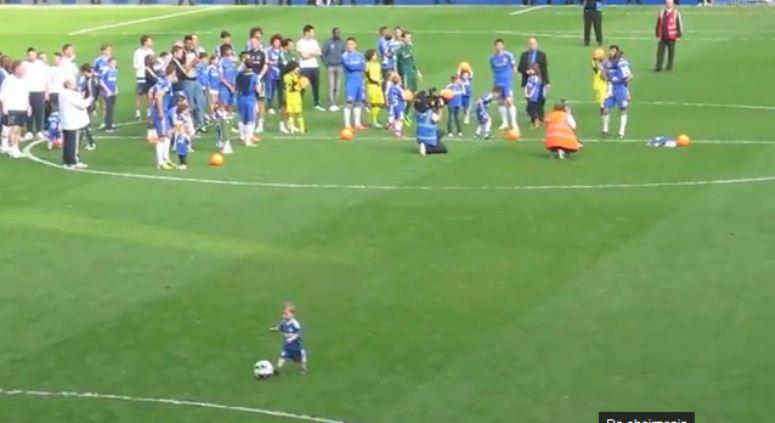 Dwulatek strzela gola na stadionie i ...