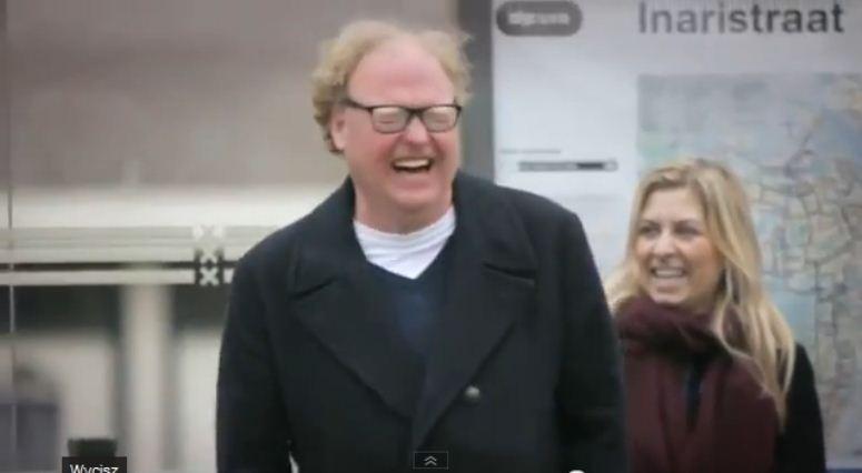 Udowodnił na przystanku, że śmiech jest zaraźliwy