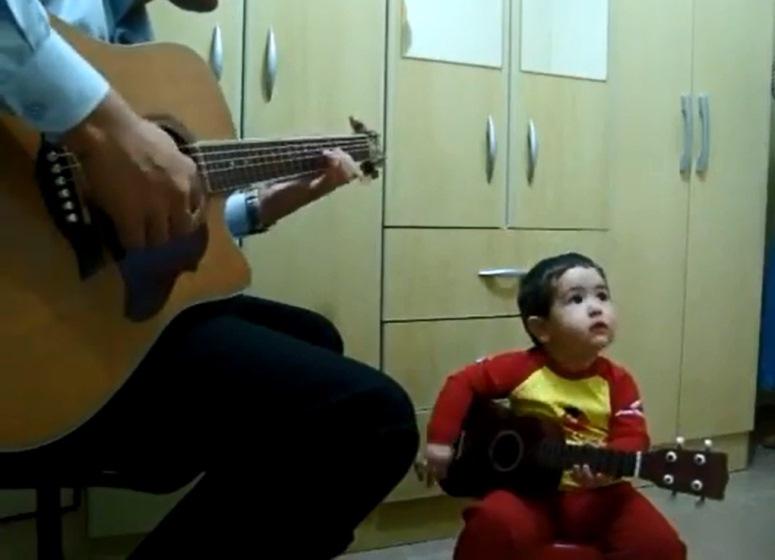 Dwulatek śpiewa z tatą przebój The Beatles