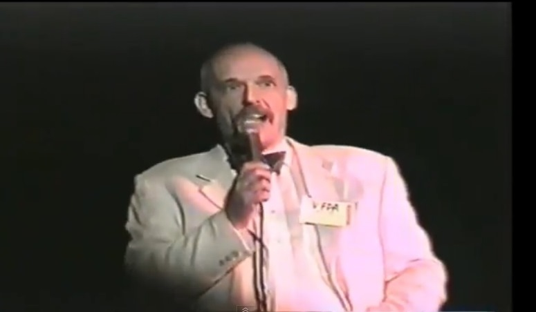 Janusz Korwin Mikke śpiewa piosenkę The Beatles