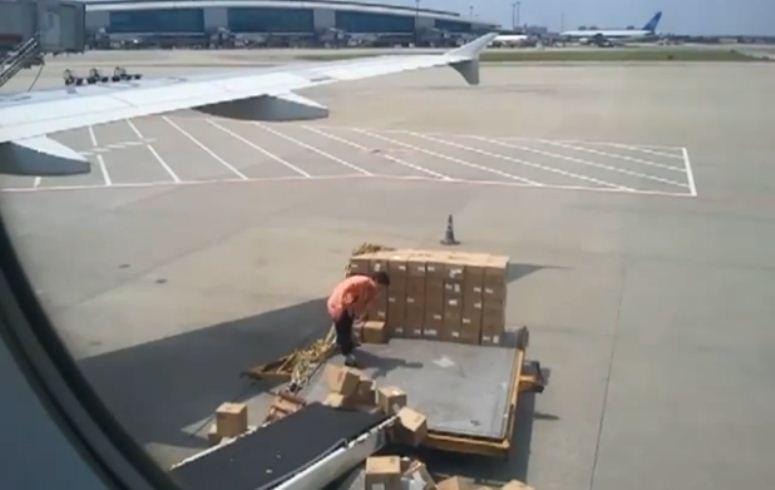 Pracownik lotniska ma gdzieś swoją pracę