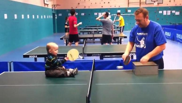 Młody mistrz ping ponga
