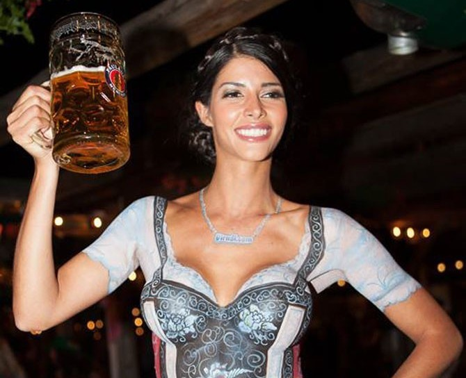 Micaela Schafer nago na Oktoberfest