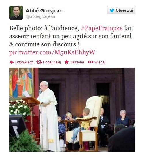 Chłopiec usiadł na papieskim krześle