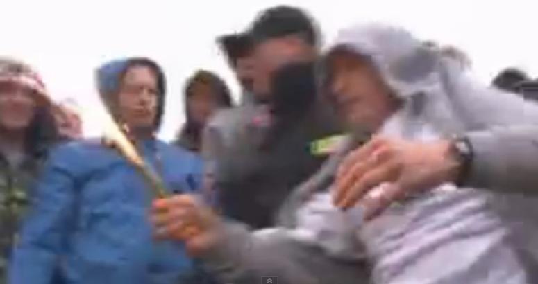 Policjant ściga kibica za zapalenie świeczki