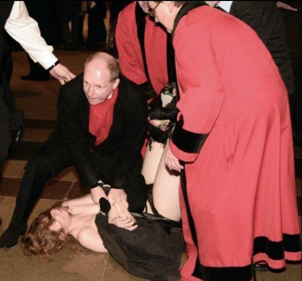 Księża powstrzymują aktywistkę Femenu