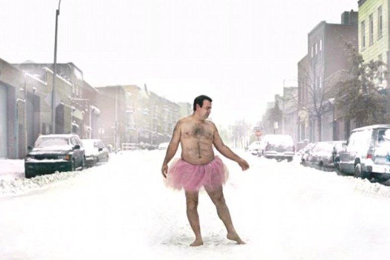 Bob Carey w różowym tutu