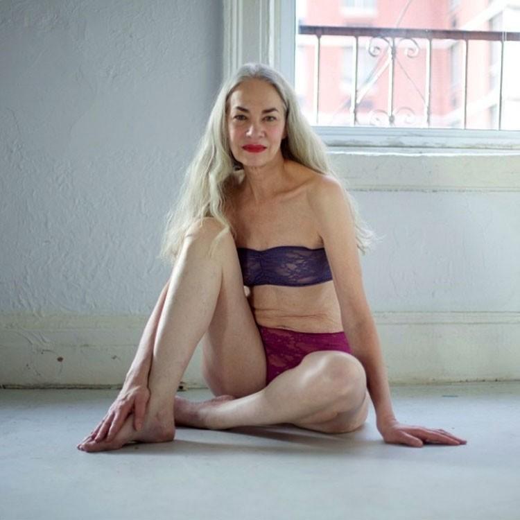 62-letnia modelka reklamuje bieliznę