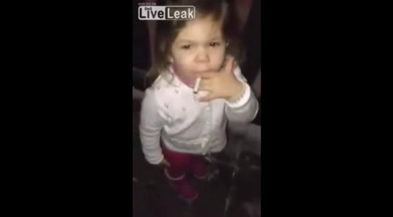 Dwuletnia dziewczyna pali papierosa
