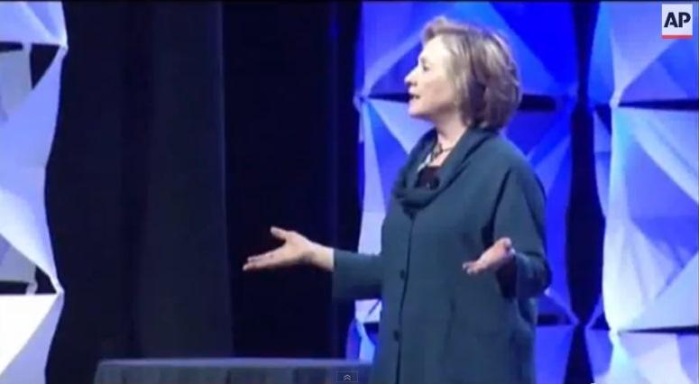 Rzut butem w Hillary Clinton