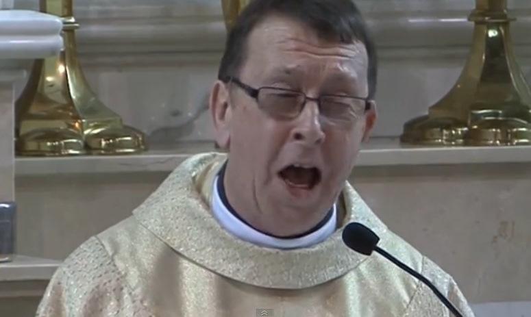"""Ksiądz Ray Kelly śpiewa """"Hallelujah"""""""