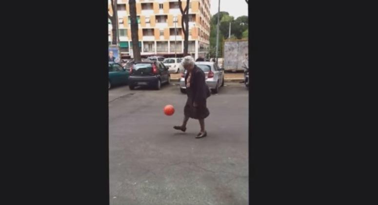 Babcia żongluje futbolówką niczym zawodowy piłkarz