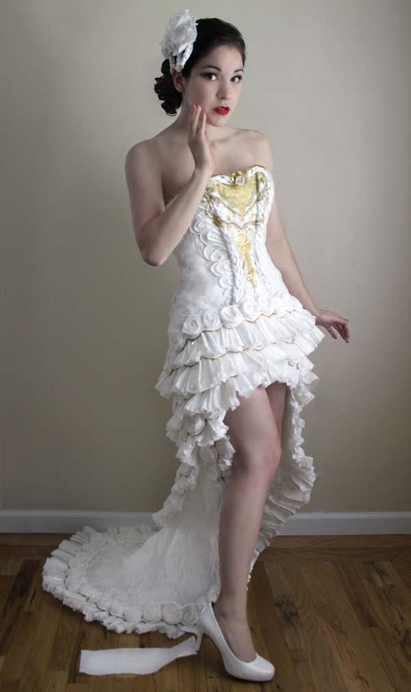 Suknia ślubna z papieru toaletowego całkiem nieźle się prezentuje