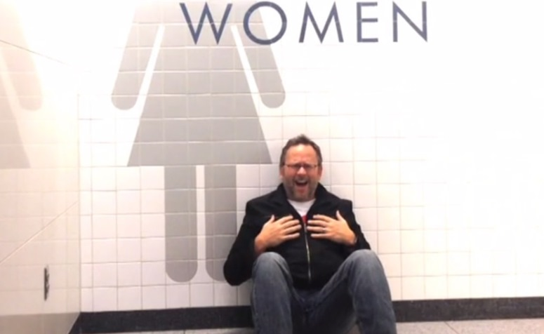 """Richard Dumm śpiewa """"All By Myself"""" w damskiej toalecie"""