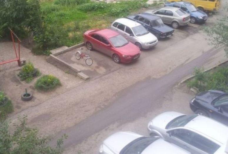 Rosja: ktoś zaparkował rower w miejscu dla samochodów